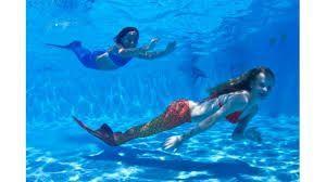 nadar como sirenas con colas de sirena o tritón, un cumpleaños original y para recordar