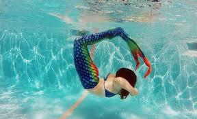 nadar y hacer piruetas como sirenas en las piscinas, maquillaje, fotos, y mucho más.