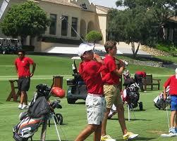 actividades deportivas como el golf o el golf plus en el campamento de verano inglés y deportes