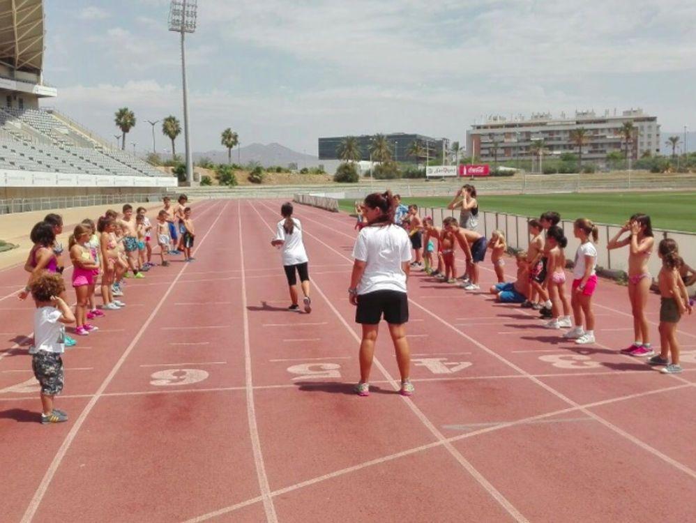 actividades lúdicas y deportivas durante el campamento infantil de verano en Martín Carpena