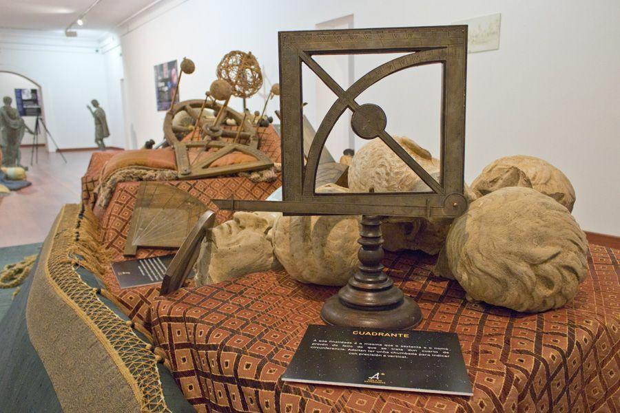 attrezzo, cuadros, pinturas, imágenes, que se utilizaban en la época para estudiar la astronomia