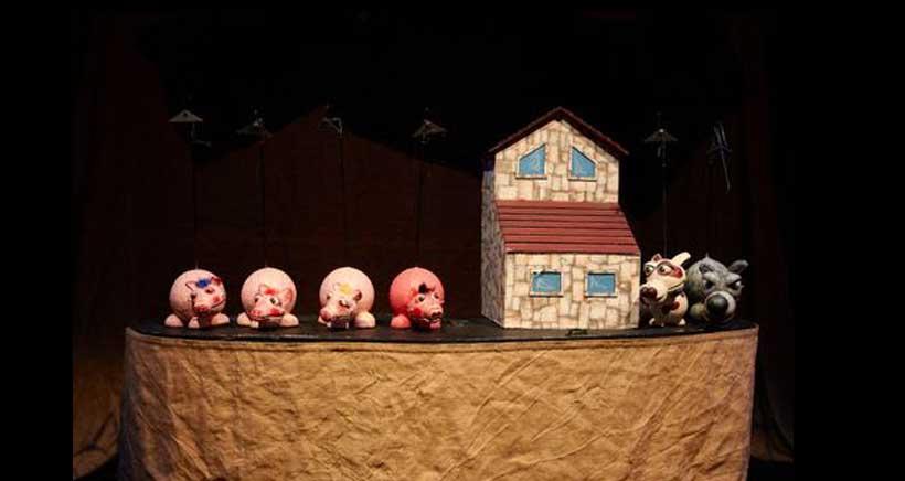 los tres cerditos en la granja junto a otros personajes añadidos a la historia por Arbolé