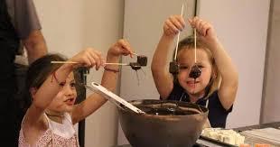 taller infantil de chocolate creativo dónde disfrutar de la experiencia mientras los peques disfrutan