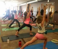 conocer los beneficios del yoga a través de las clases de yoga para adolescentes