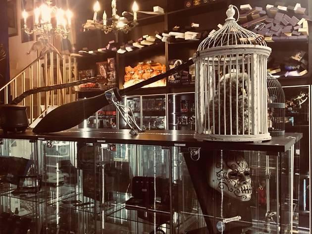 decenas de artículos que conocemos a través de las películas de Harry Potter en la tienda Callejón Madriagon