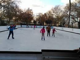 Pista de hielo, unas de las atractivas actividades para los más peques durante las navidades junto con la exposición de dinosaurios