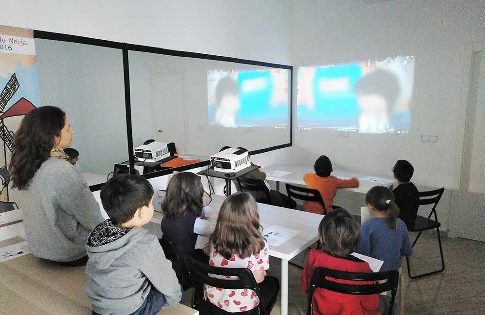 aprender diferentes técnicas de dibujo durante el taller infantil para jóvenes