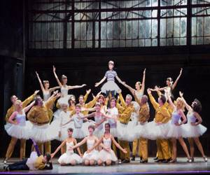 el musical Billy Elliot es una adaptación de la película taquillera, la historia de un pequeño que quiere bailar aun estando en contra de todos los que lo conocen