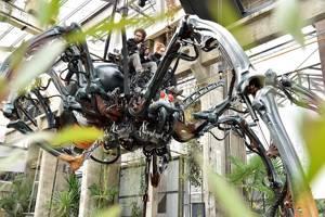 una gigantesca araña dónde podremos subrinos y movernos por las intalaciones de la Galerie Machines de Verne