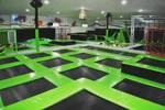 disfrutar libremente de los saltas en las cama elásticas del parque de trampolines